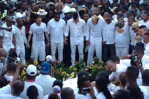 Les artistes (chanteurs et musiciens) rendent hommage aux victimes